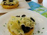 Polentové koláčky se sýrem, sušenými rajčaty a olivami recept ...