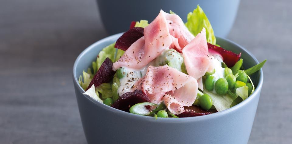 Zeleninový salát se šunkou a křenem