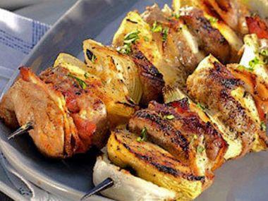 Kuřecí jehly s párkem s kečupovou omáčkou