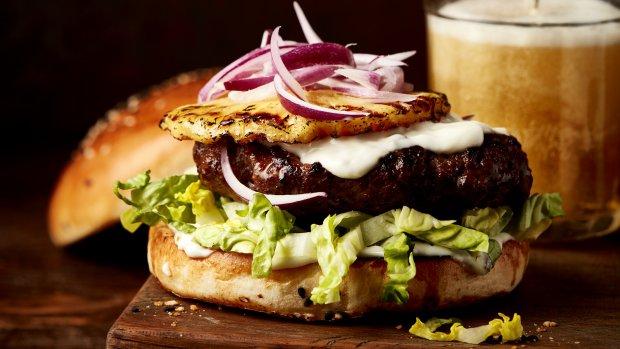 Hovězí burger s grilovaným ananasem