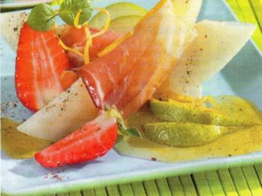 Salát s melounem, jahodami a parmskou šunkou