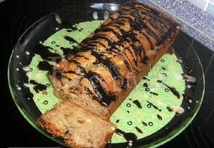 Banánový chlebíček s čokoládovo-cukrovou polevou