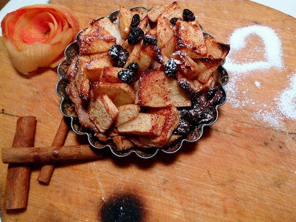 Jablečná žemlovka s opilými rozinkami recept