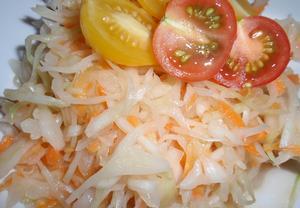 Sladkokyselý zelný salát s mrkví