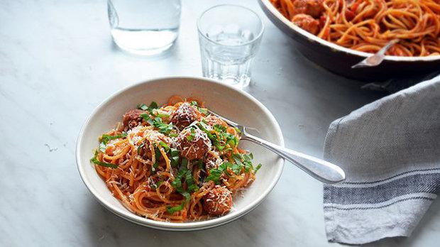 Špagety s kuřecími kuličkami