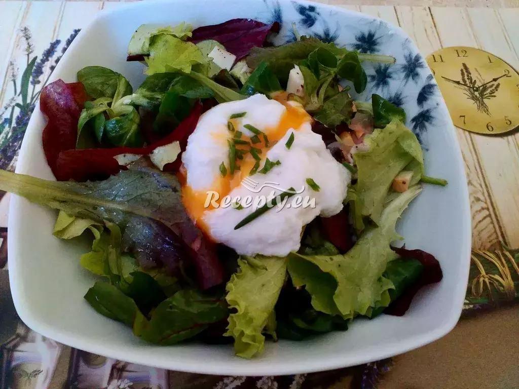 Obědový salát se zastřeným vejcem recept  saláty