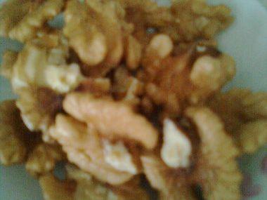 Višňový salát sypaný ořechy