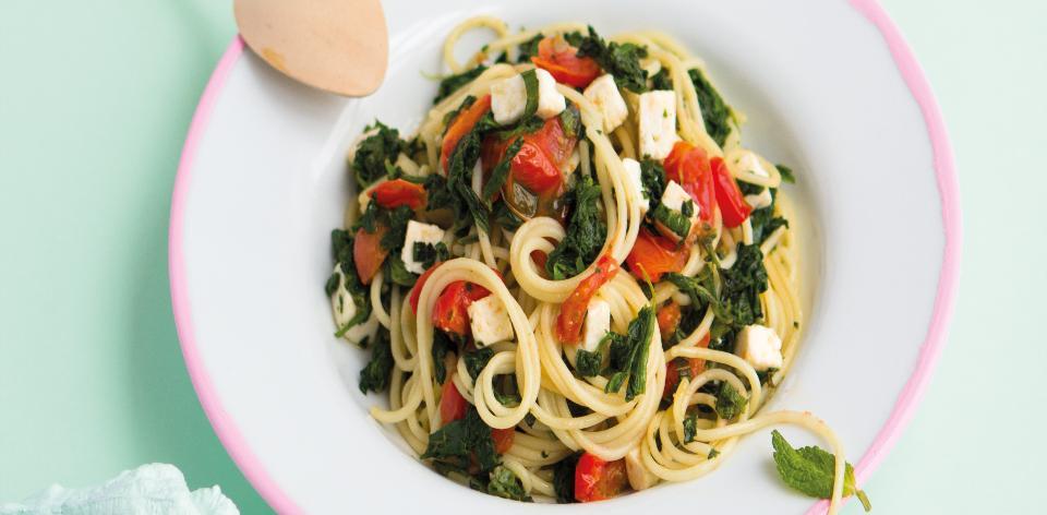 Špagety se špenátem, rajčaty a sýrem feta