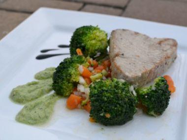 Grilovaný tuňák s brokolicovým salátem