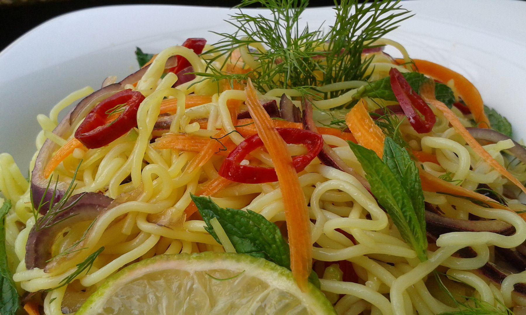 Salát z rýžových nudlí recept