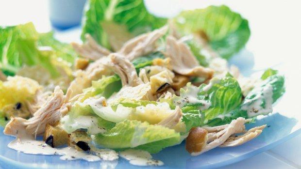 Salát Caesar s kuřetem a parmazánovými chipsy