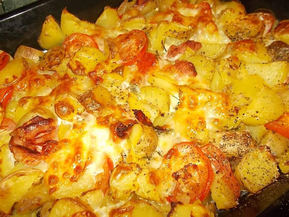 Brambory zapečené s uzeným bokem, mozzarellou a rajčaty recept ...
