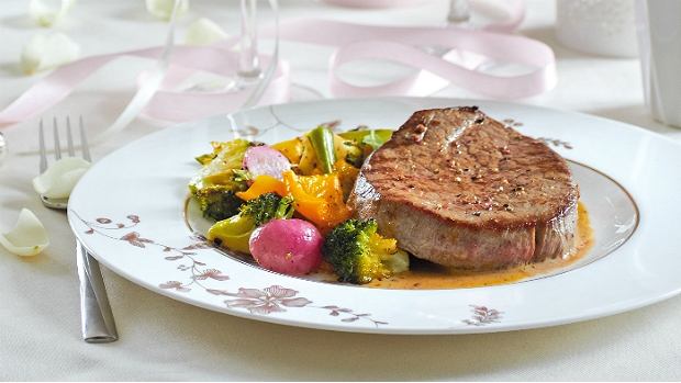 Steaky s omáčkou z pomerančového pepře a s pečenou zeleninou ...