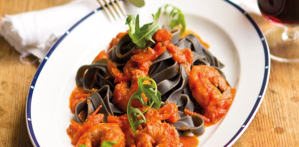 Tagliatelle s rajčaty a krevetami po Kampánsku