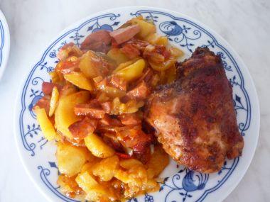 Kuře na bramborách s lečem.