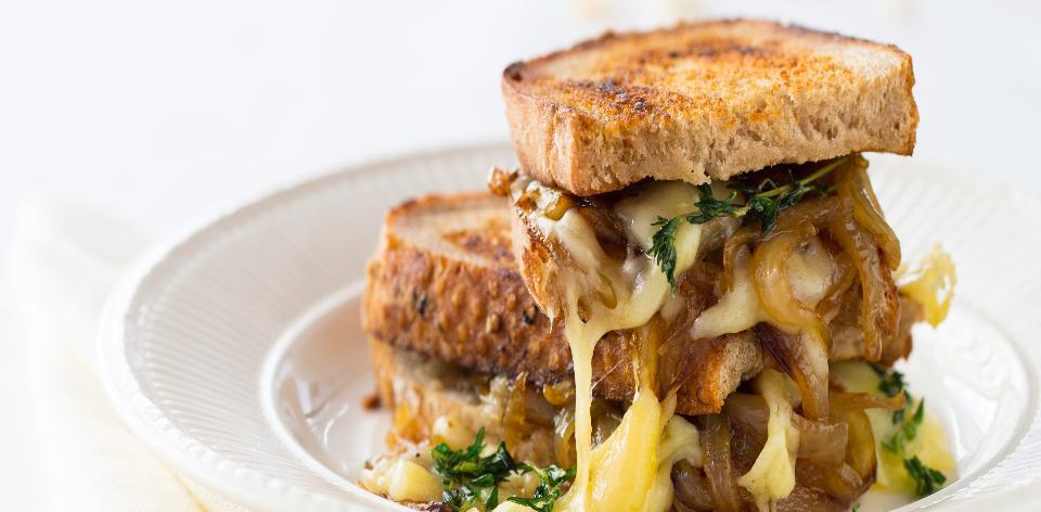 Sendvič s grilovanou cibulkou a sýrem