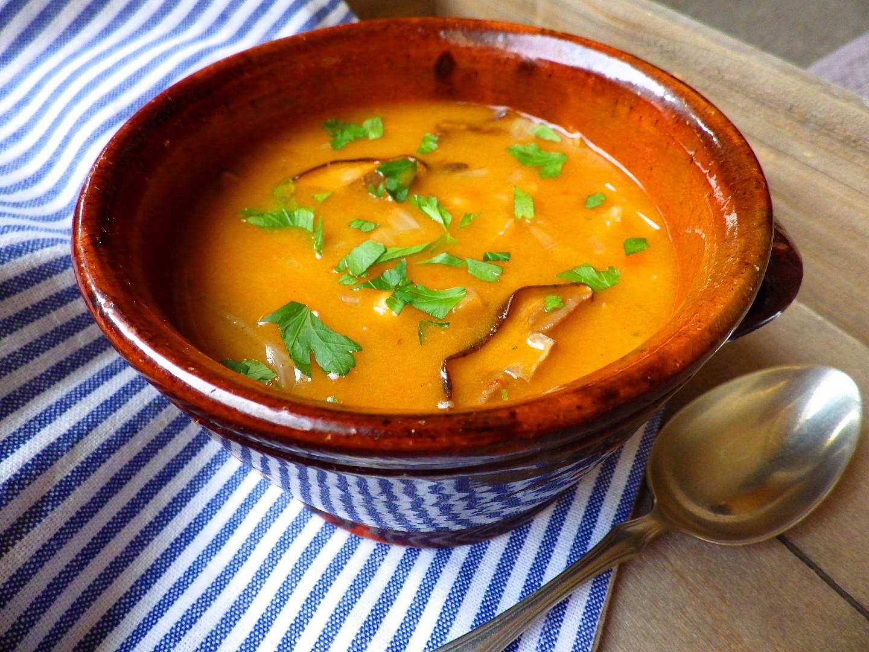 Polévka z čerstvého zelí s houbami a cizrnou recept