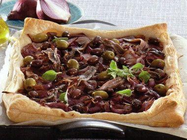Slaný koláč s cibulí, ančovičkami a olivami
