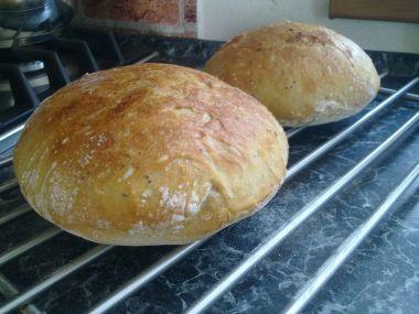 Domácí chleba s rajčaty a olivami