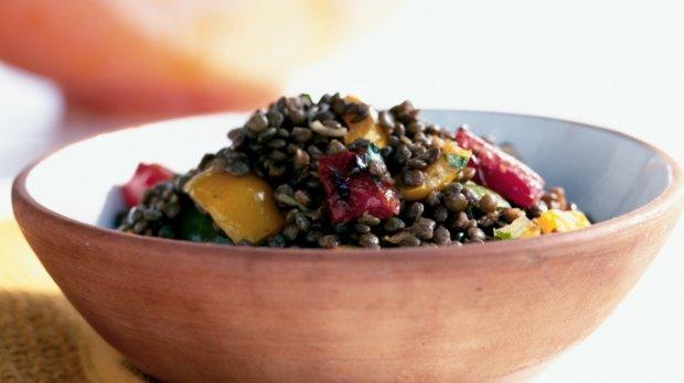 Čočkový salát s grilovanými paprikami