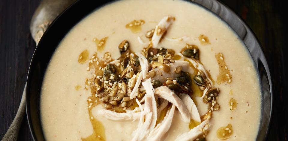 Květákovo-hrachová polévka s kuřecím masem a kořeněnými semínky