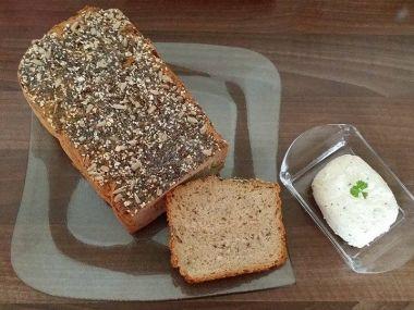 Semínkový žitný chléb z domácí pekárny