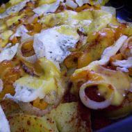 Plátky brambor zapečené s cibulí a sýrem recept