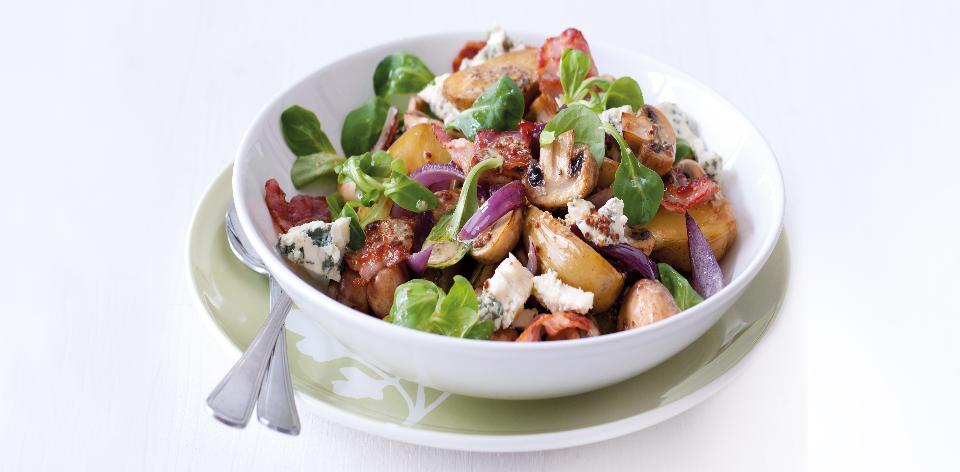 Teplý bramborový salát se slaninou a modrým sýrem