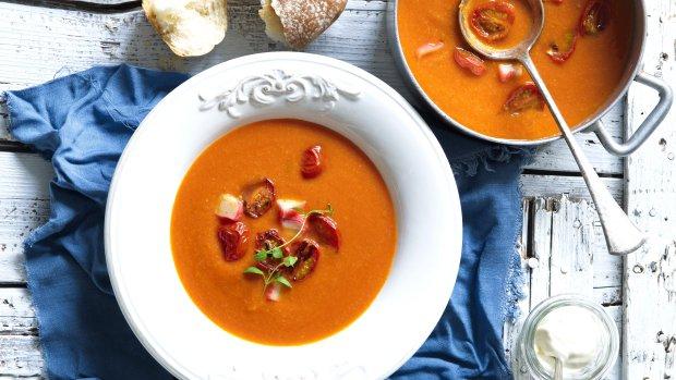 Rajčatová polévka s krabími tyčinkami