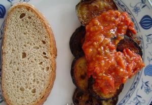 Smažený baklažán (tykvička) s rajčaty (bulharská kuchyně ...