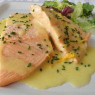 Pošírovaný losos s omáčkou recept