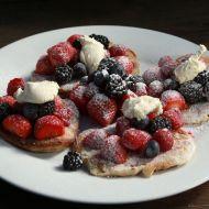 Lívance s čerstvým ovocem a zakysanou smetanou recept