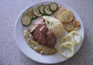 Grilovaná kýta s cuketovým zelím, šťouchaným bramborem a ozdobou