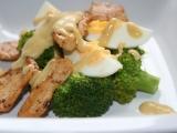 Brokolicový salát s vejcem a kuřecím masem recept