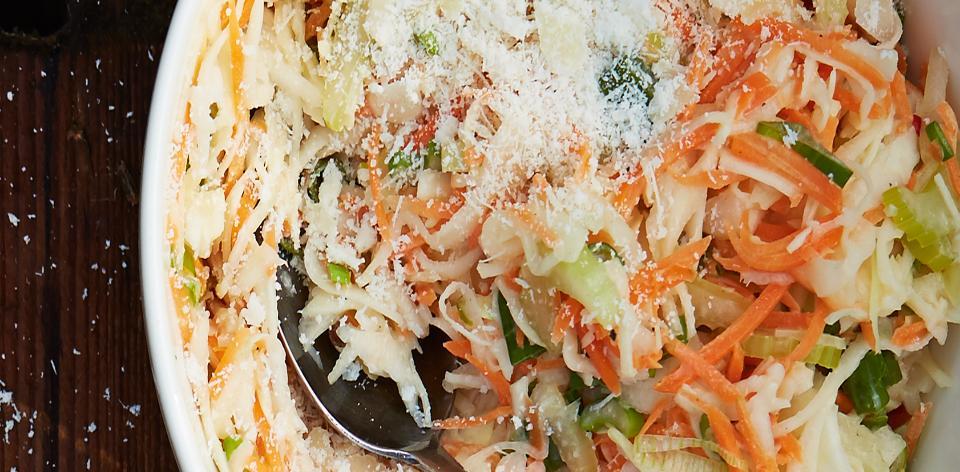 Coleslaw sypaný parmazánem