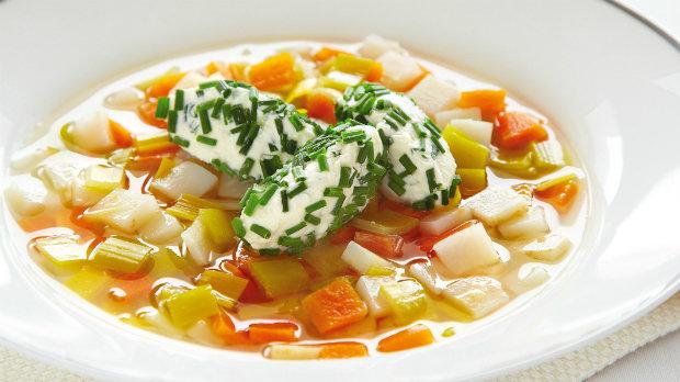 Zeleninový vývar se sýrovými nočky