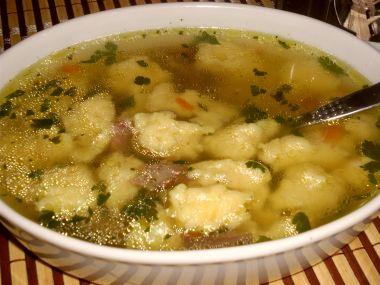 Hovězí polévka se sýrovými knedlíčky