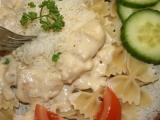 Těstoviny s jednoduchou sýrovou omáčkou a kuřecími kousky ...