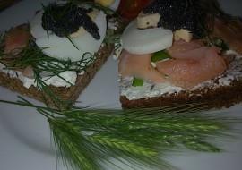 Mini žitné chlebíčky s lososem, tuňákem, vejci, lučinou a koprem ...
