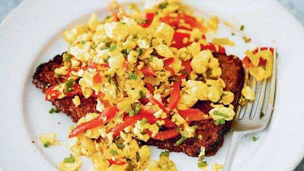 Míchané tofu s kurkumou a červenou paprikou