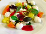 Lehký salátek s mozzarellou, marinovanou zeleninou a prachem z ...
