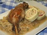 Svatomartinská husa s rolovaným bramborovým knedlíkem a ...