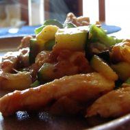 Kuřecí nudličky s cuketou a bramborovými lupínky recept
