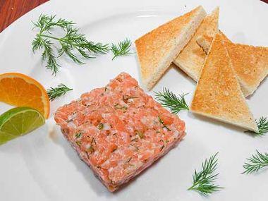 Jednohubky s lososovým tatarákem a kozím sýrem