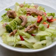 Lehký salát s kousky tuňáka recept