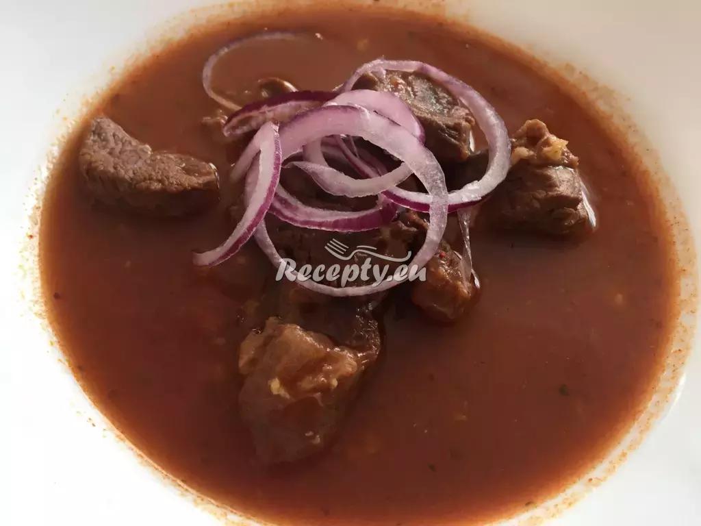 Hovězí guláš s fazolemi a houbami recept  hovězí maso