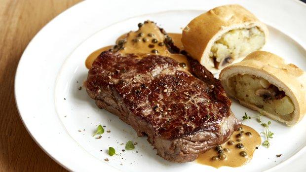 Hovězí steak s bramborovým závinem a pepřovou omáčkou | Prima ...