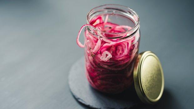 Nakládaná sladkokyselá červená cibule