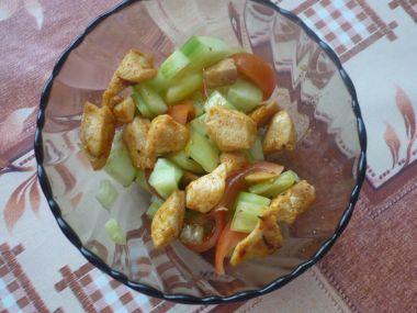 Zeleninový salát s opečeným kuřecím masem