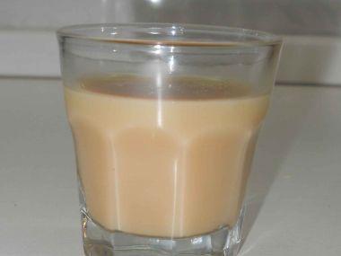 Koktejl ABC (amareto, baileys, cognac)